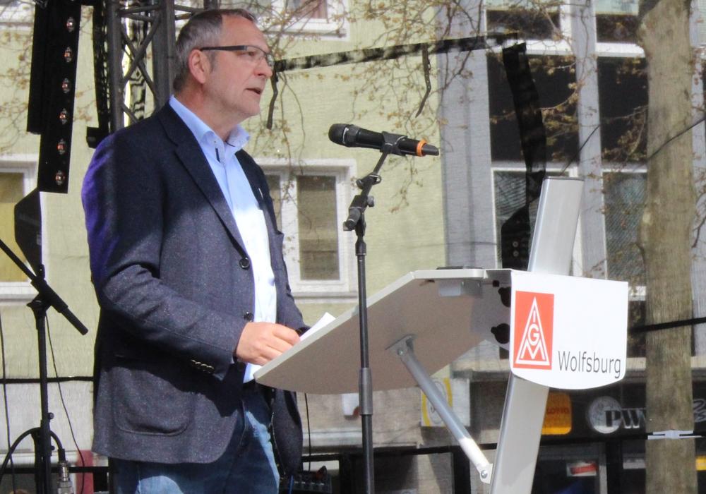 Der Erste Bevollmächtigte der IG Metall Wolfsburg, Hartwig Erb, würdigt den Tarifabschluss. Archivfoto: Eva Sorembik