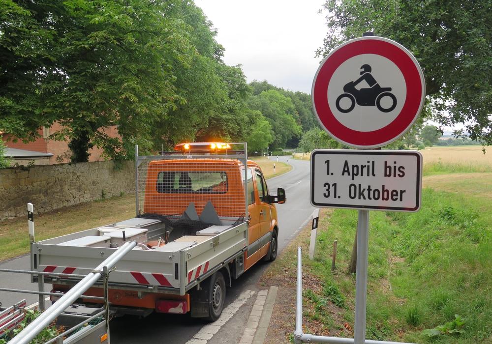 Am Dienstag wurden die Schilder aufgestellt. Ab sofort gilt daher ein Durchfahrverbot für Motorräder und Mofas vom 1. April bis 31. Oktober eines Jahres. Hier das Verkehrsschild am Rittergut Altenrode. Fotos: Landkreis Wolfenbüttel