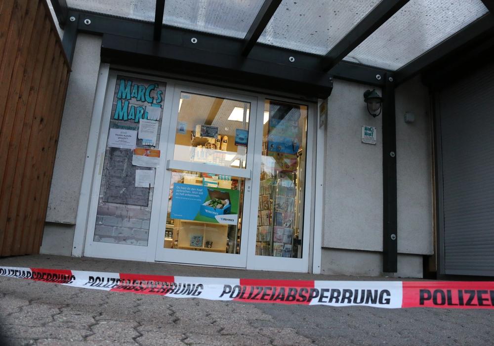 Spurensuche am Tatort. Der Markt in der Fümmelser Straße wurde am Montagabend überfallen. Fotos: Werner Heise