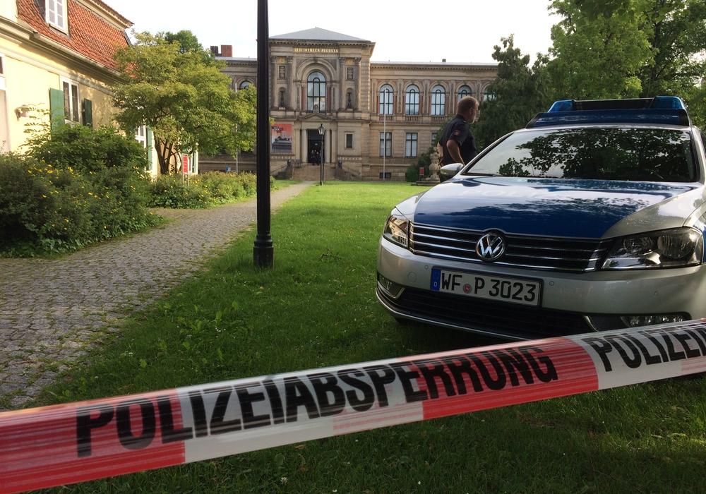 Schon Stunden vor dem Besuch von Sigmar Gabriel in Wolfenbüttel werden Sicherheitsmaßnahmen getroffen. Foto: Werner Heise