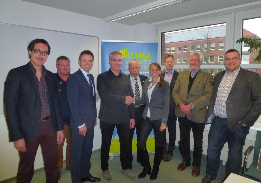 Anja Lippmann (Geschäftsführerin der Klimaschutzagentur) gratuliert Florian Lörincz (Sachverständigenbüro für Bausanierung und Energieberatung) zur Wahl zum Vorsitzenden. Foto: Klimaschutzagentur
