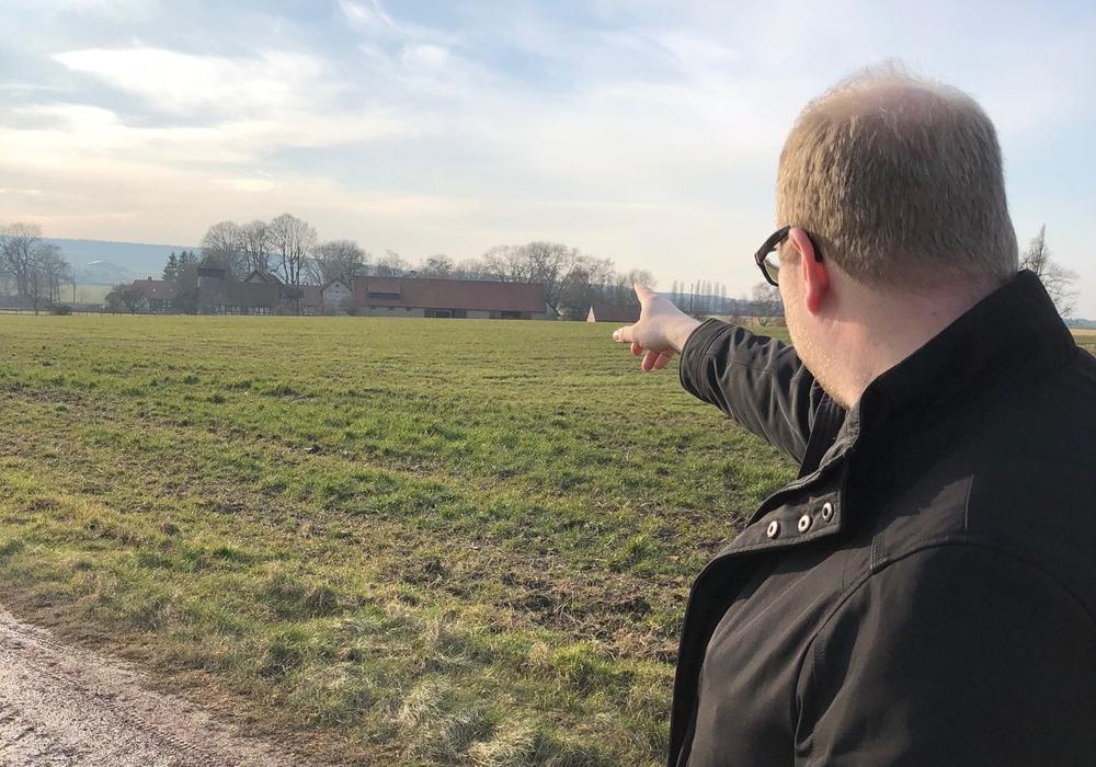 """""""Sehr dicht."""", Domeier zeigt auf den Hagenhof aus etwa der Entfernung, in der ein Windrad stehen könnte. Foto: Jörn Domeier"""