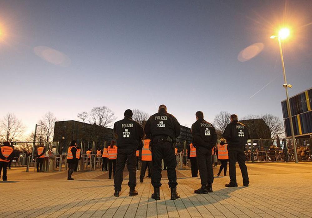 Großes Aufgebot am Eintracht-Stadion. Foto: Agentur Hübner