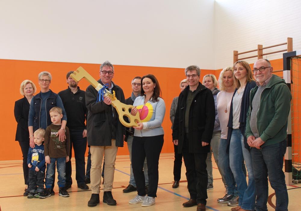 Architekt Dierk Thiede (4. von links) übergibt symbolisch den Schlüssel an Samtgemeindebürgermeisterin Anja Meier, die ihn sogleich weiterreichte an die vertretenen Vereinsvorstände. Foto: Samtgemeinde Boldecker Land