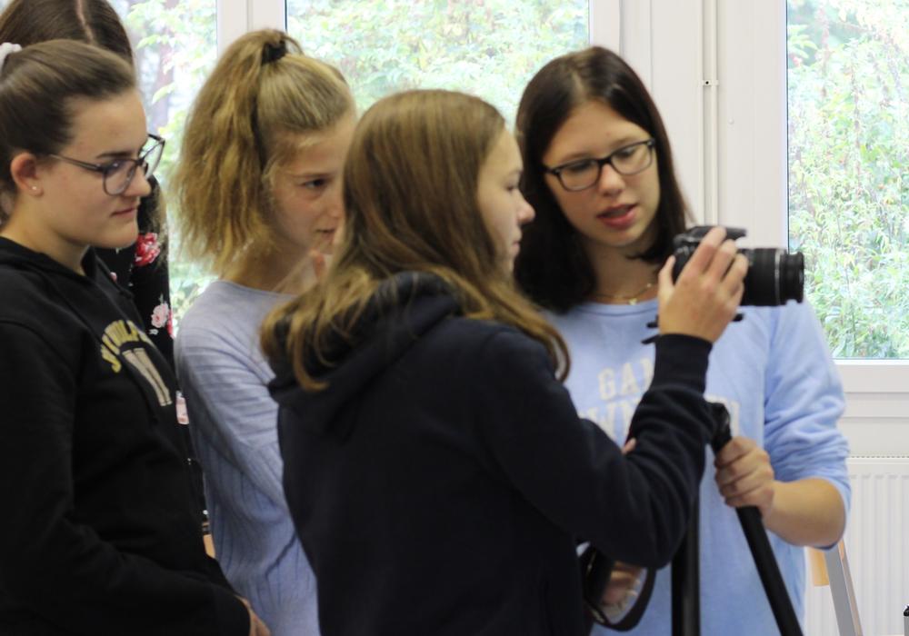 Die Schülerinnen versuchen sich am Thema Film. Foto: THG