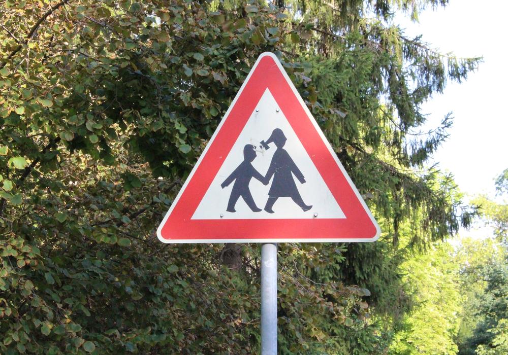 Achtung Schulanfänger! Die TÜV-Station Wolfenbüttel gibt wertvolle Tipps, damit die Kinder sicher zur Schule und nach Hause kommen. Symbolbild. Foto: Max Förster