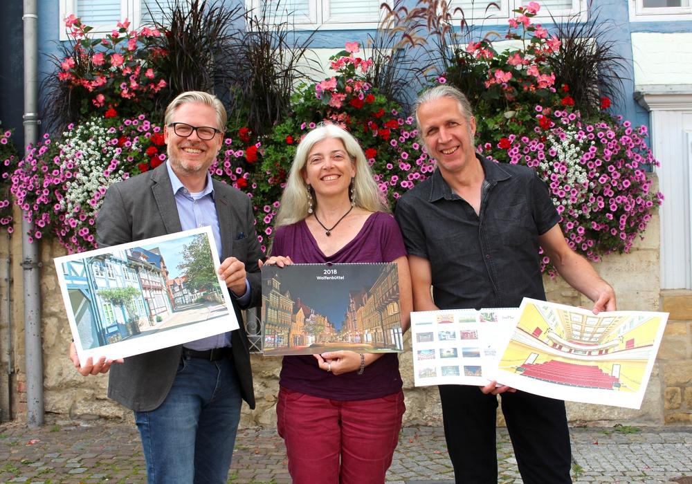 Von links: Björn Reckewell (Tourismus Stadt Wolfenbüttel) sowie Monika und Achim Meurer bei der Präsentation des neuen Wolfenbüttel-Kalenders. Fotos: Nick Wenkel