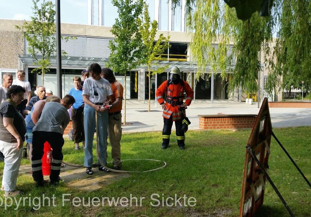 An der Spritzwand konnten die Teilnehmer mit der Kübelspritze selbst aktiv werden. Foto: Feuerwehr Sickte