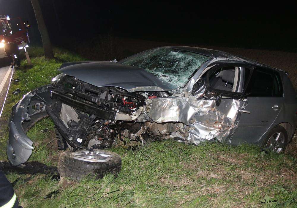 Der VW-Golf United wurde bei dem Aufprall völlig zerstört. Fotos: Rudi Karliczek