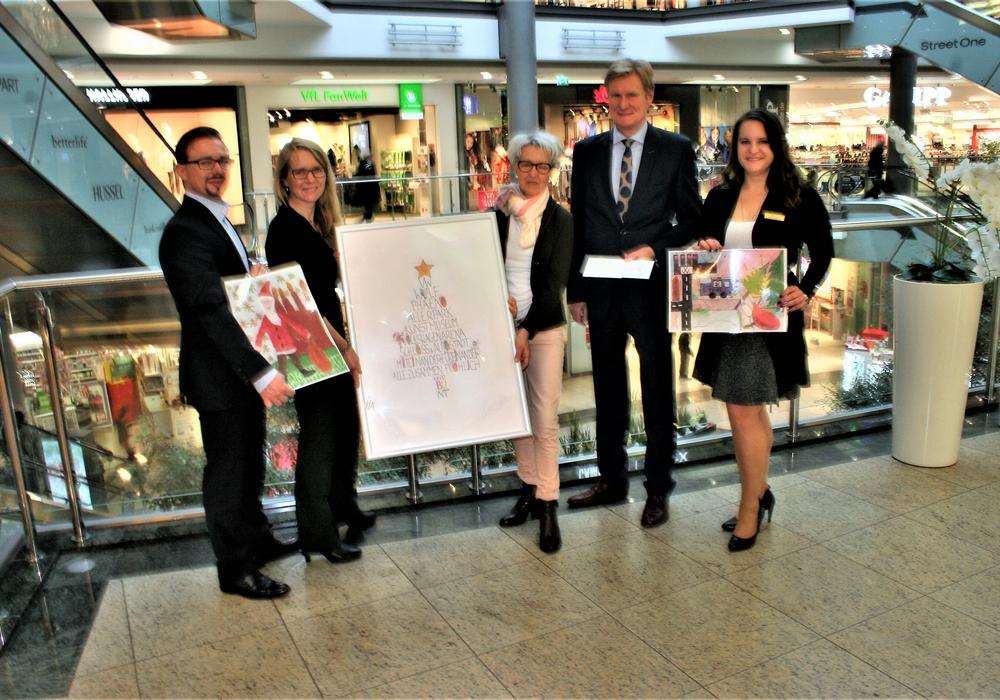 Christopher Hesse (Abteilungsleiter Veranstaltungen der WMG), Birgit Fabian (Gewinnerin), Uthe Bloch (Geschäftsführerin vom Frauenhaus), Joachim Schingale (Geschäftsführer der WMG), Janine Marz (Center-Manager der City-Galerie). Fotos: WMG