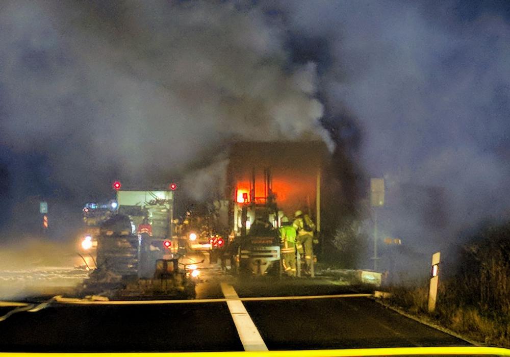 Zwischen den Anschlussstellen Helmstedt-Zentrum und Helmstedt-West ist heute Nacht ein LKW mit Gefahrgut in Brand geraten. Fotos: Feuerwehr Helmstedt/Alexander Weis
