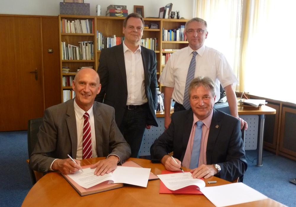 v.l.n.r.: Landrat Franz Einhaus, Arno Kruse, Rainer Hoffmann, Bürgermeister Frank Bertram. Foto: Landkreis Peine