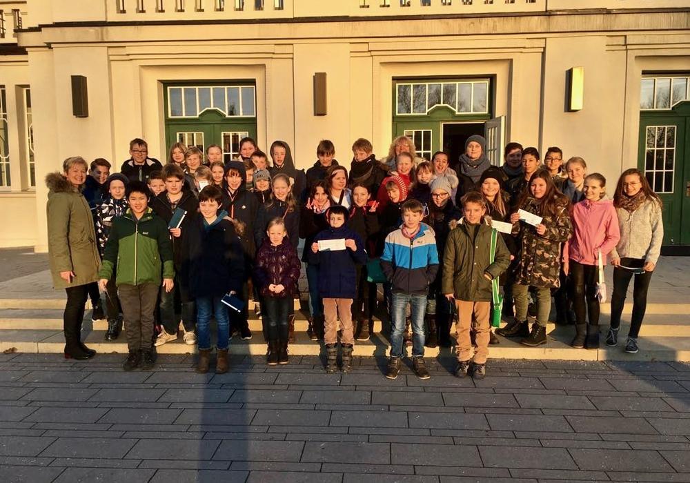 """Die Klassen 5b und 6a des Theodor-Heuss-Gymnasiums sahen """"Momo"""" im Lessingtheater. Fotos: THG"""