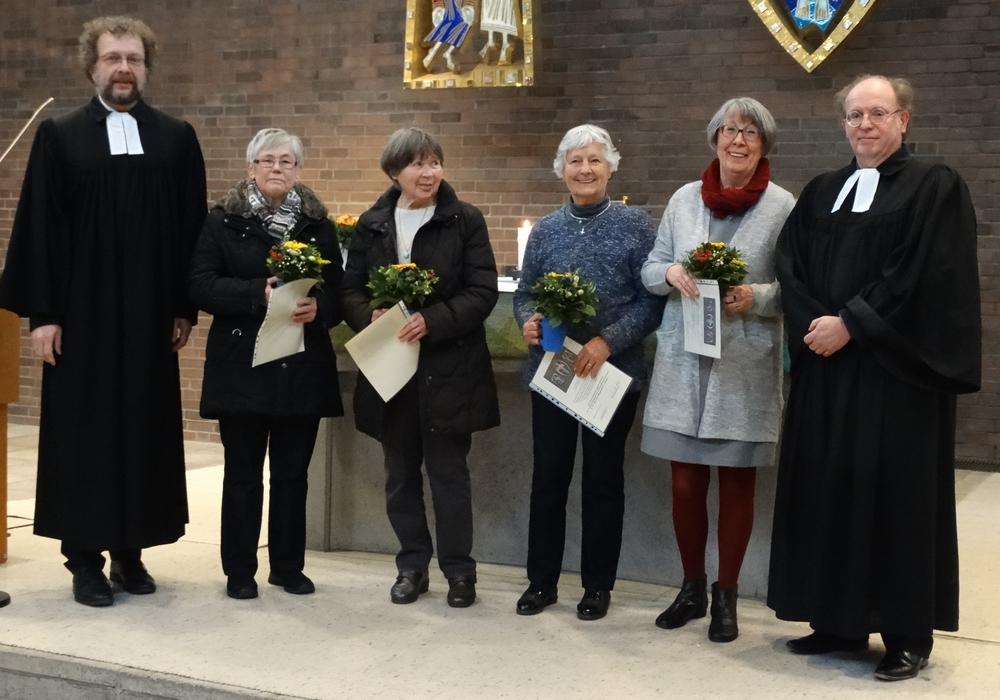 Bärbel Konczak (Besuchsdienst), Thea Farkhondeh (Besuchsdienst), Margarete Eggers (Gemeindebriefverteilung), Christine Raedler (Pfarrbüro) mit den  Pastoren Riekeberg und Schmidt-Pultke. Foto: Siegfried Stübig,