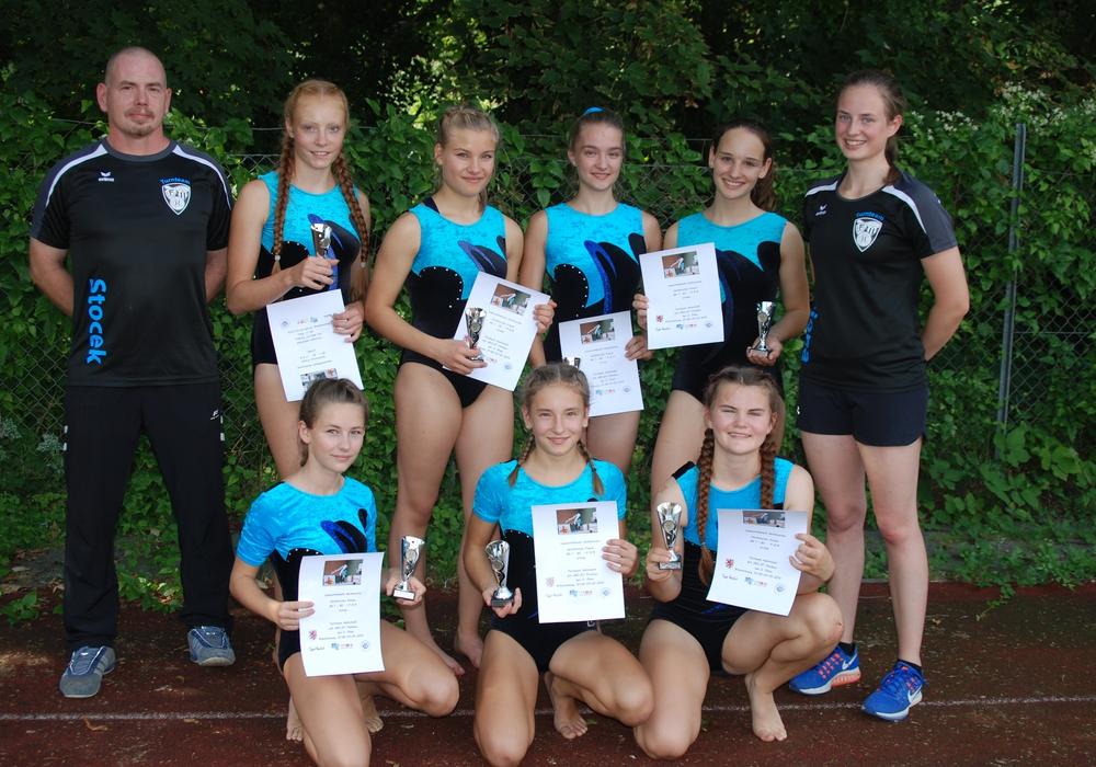 Die Mannschaft präsentiert stolz ihre silbernen Pokale. Foto: Helmstedter Sportverein