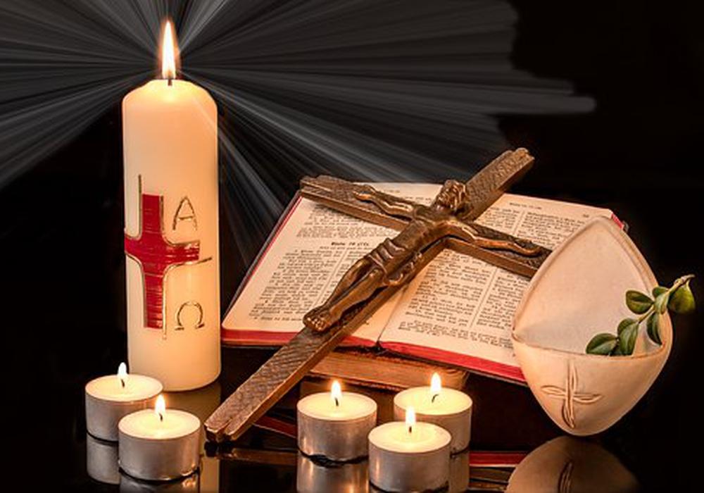 Ostern, Osterkerze, Bibel, Kirche, Gebet, Gott, Gottesdienst, Kreuz, Symbolbild: Pixabay