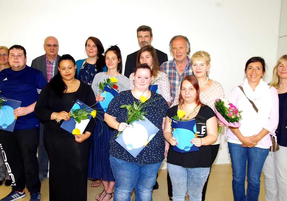 Das Bild zeigt die diesjährigen Absolventen der Abendschule mit einigen Dozentinnen und Dozenten sowie Goslars Erste Kreisrätin Regine Körner. Foto: Kvhs Goslar