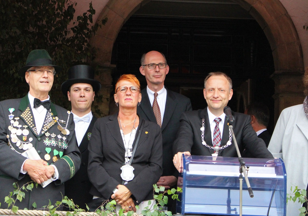 Bürgermeister Klaus Saemann verkündet die Sieger bei der Königsproklamation des Peiner Freischießens 2017. Fotos: Frederick Becker; Alexander Panknin
