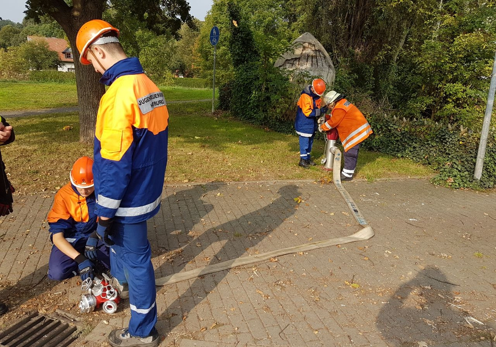 In Hornburg wurden die Unterflurhydranten durch die Jugendfeuerwehr kontrolliert. Foto: Luisa Schneemilch