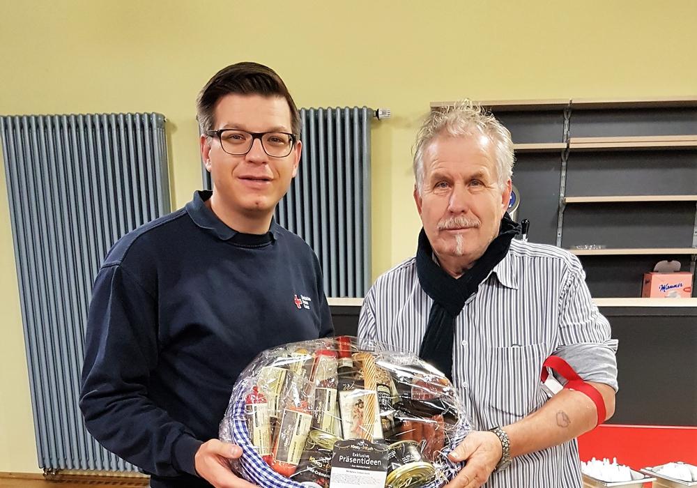 Björn Försterling überreicht Reinhard Polack ein Präsent für 125 Blutspenden. Foto: Privat