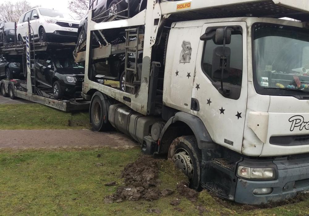 LKW aus Osteuropa bleibt im Rasen stecken, weil das Navi den falschen Weg wies. Foto: Polizei Wolfsburg.