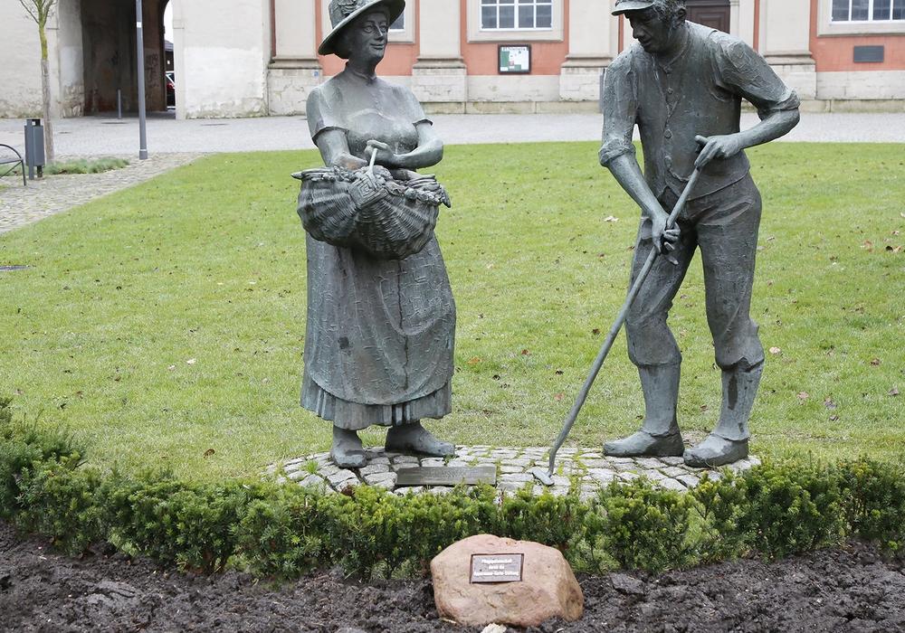 Das Gärtnerpaar an der Trinitatiskirche bekommt Gesellschaft in Form eines Findlings. Fotos: Stadt Wolfenbüttel