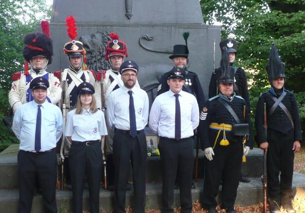 Die militärischen Vertreter und die Freiwillige Feuerwehr Ölper haben sich zum Gedenken versammelt. Foto: Henning Kupferschmidt
