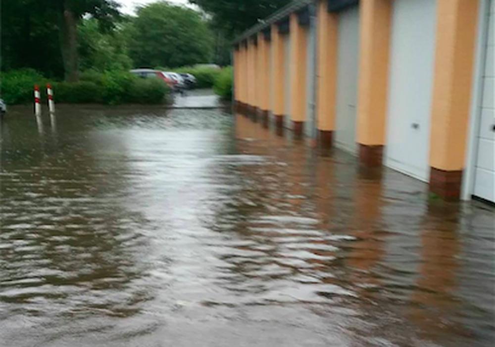 Überschwemmte Wege und Straßen in Salzgitter Lebenstedt. Fotos: Chris Pape