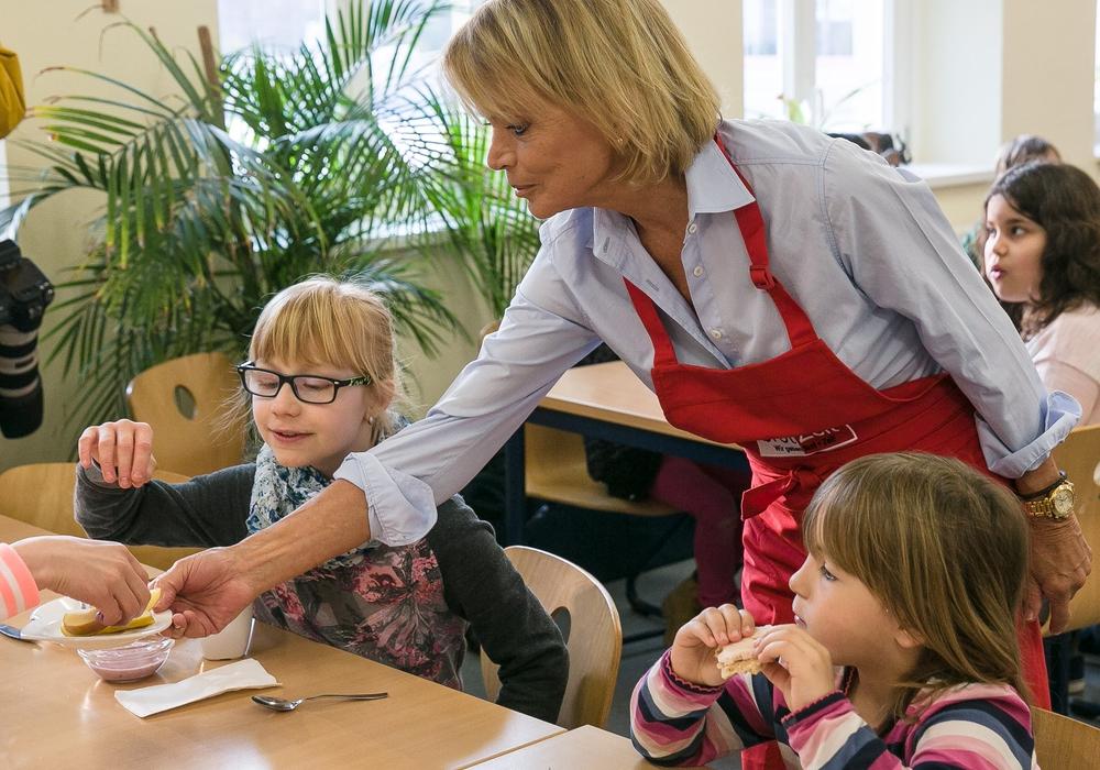 Uschi Glas beim brotZeit-Frühstück in der Grundschule Am Ziesberg Foto: Peter Sierigk