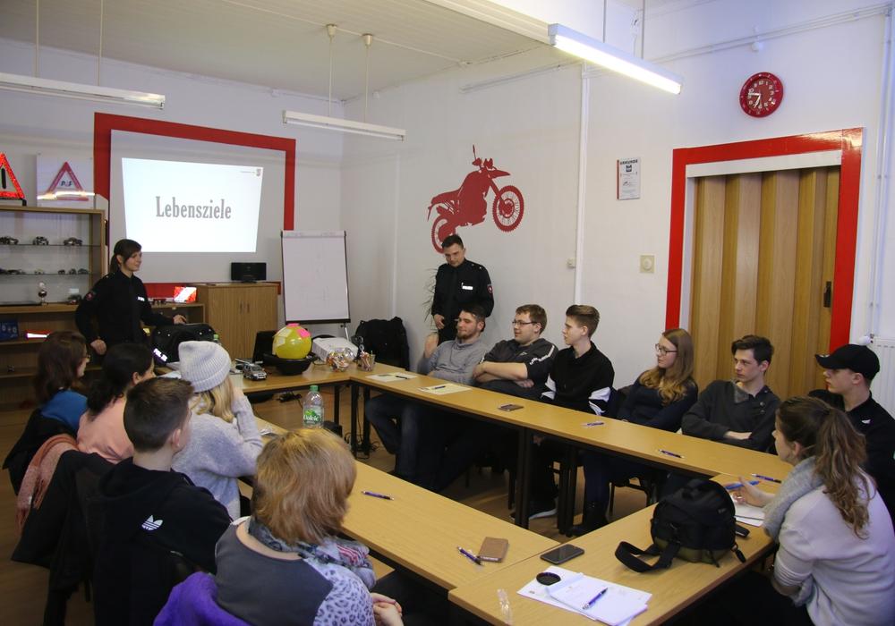 Zwei Beamte der Polizei hielten in der Fahrschule Hippler einen Vortrag zum Thema Unfallprävention. Foto: Nino Milizia