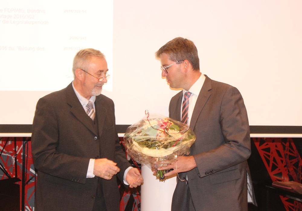Eckhard Wagner ist neuer Vorsitzender des Rates der Stadt Goslar. Oberbürgermeister Dr. Oliver Junk übergibt Blumen zum Amtsantritt. Foto: Anke Donner