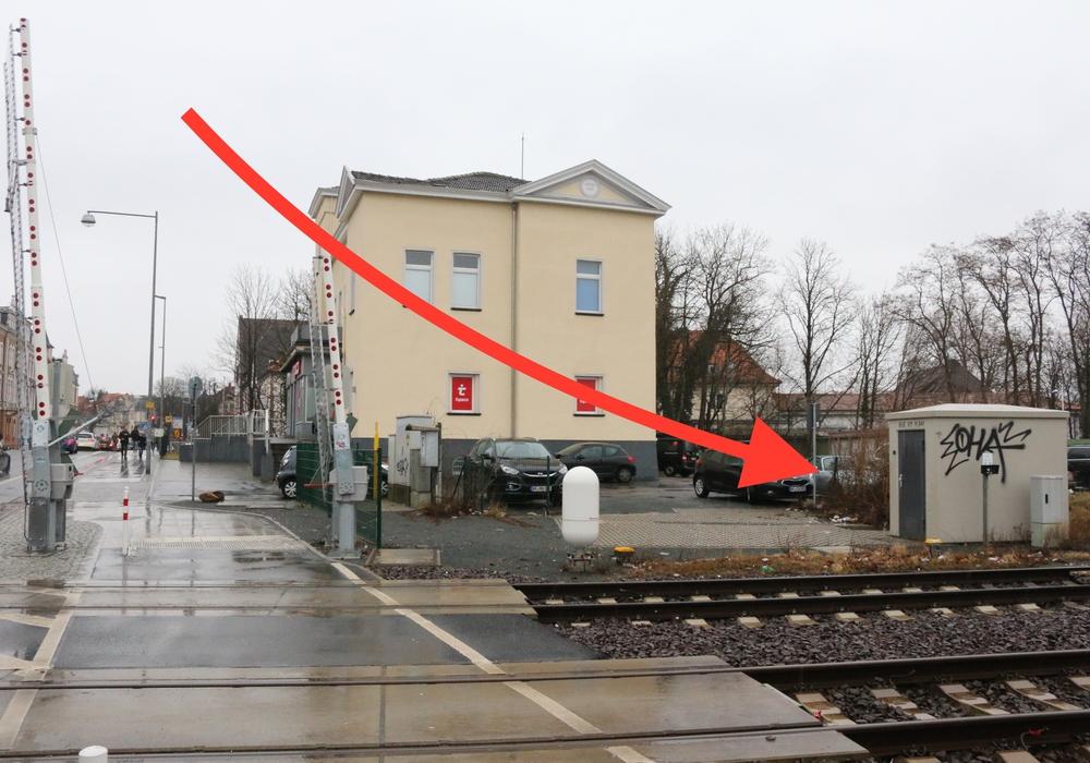Hier, wo jetzt ein Schalthaus der Deutschen Bahn steht, war eigentlich eine Fahrradabstellanlage vorgesehen. Foto: Werner Heise