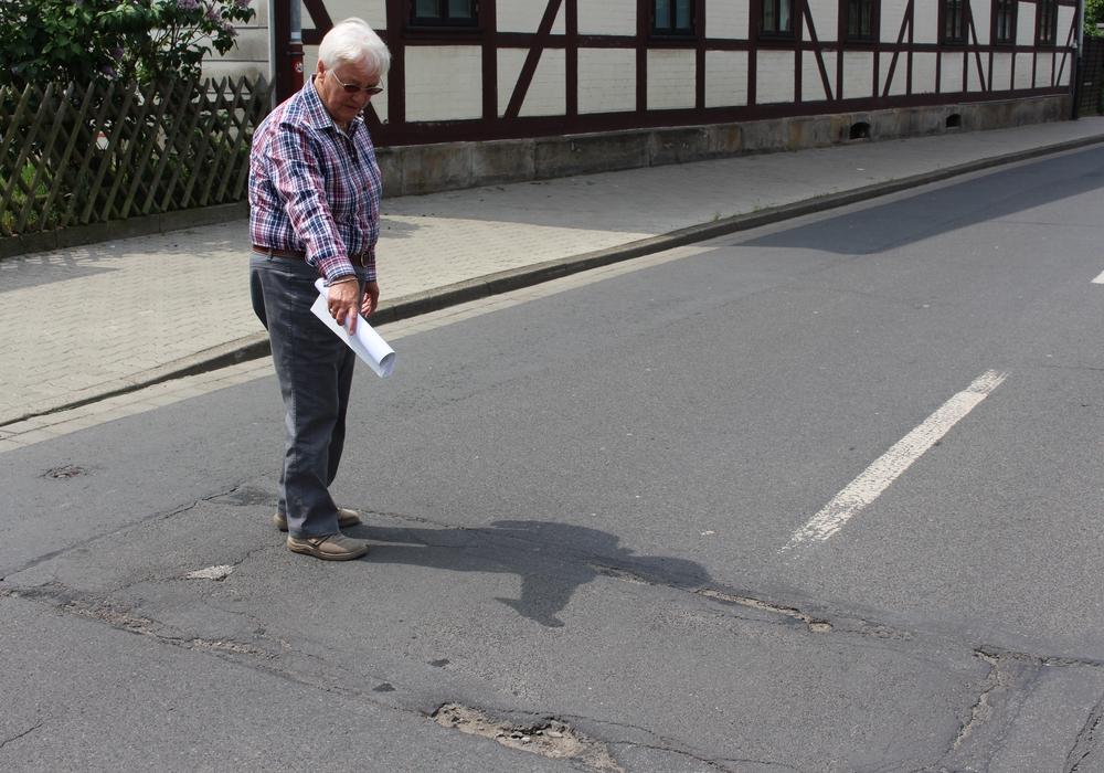 Ortsbürgermeisterin von Fümmelse Hiltrud Bayer zeigt Straßenschäden. Foto: Max Förster