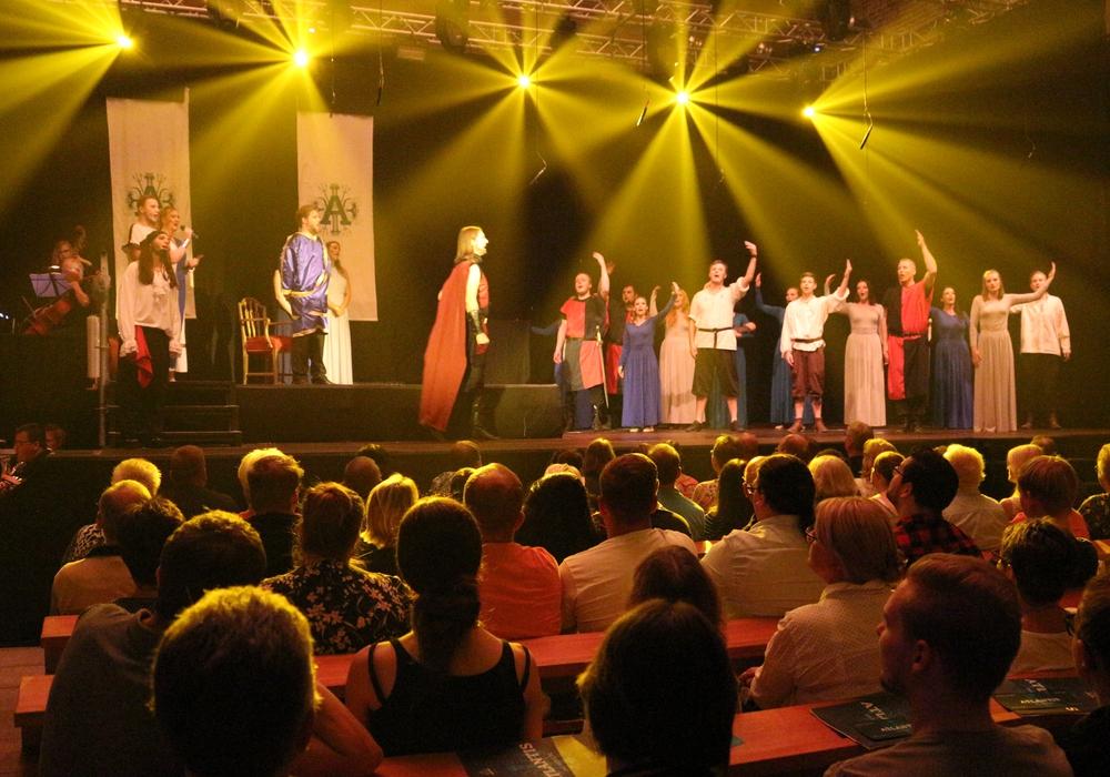 Am Donnerstag fand die Premiere zum neuen Stück der Musicalgruppe St. Thomas statt. Fotos: Anke Donner