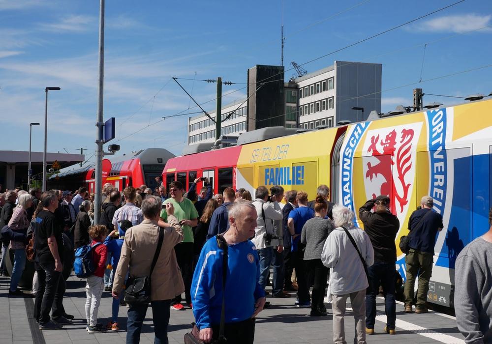 Viele Besucher kamen auf das Gleis 3 und erfreuten sich an den ausgestellten Zügen. Besonders: Der Eintracht-Zug. Fotos: Alexander Panknin