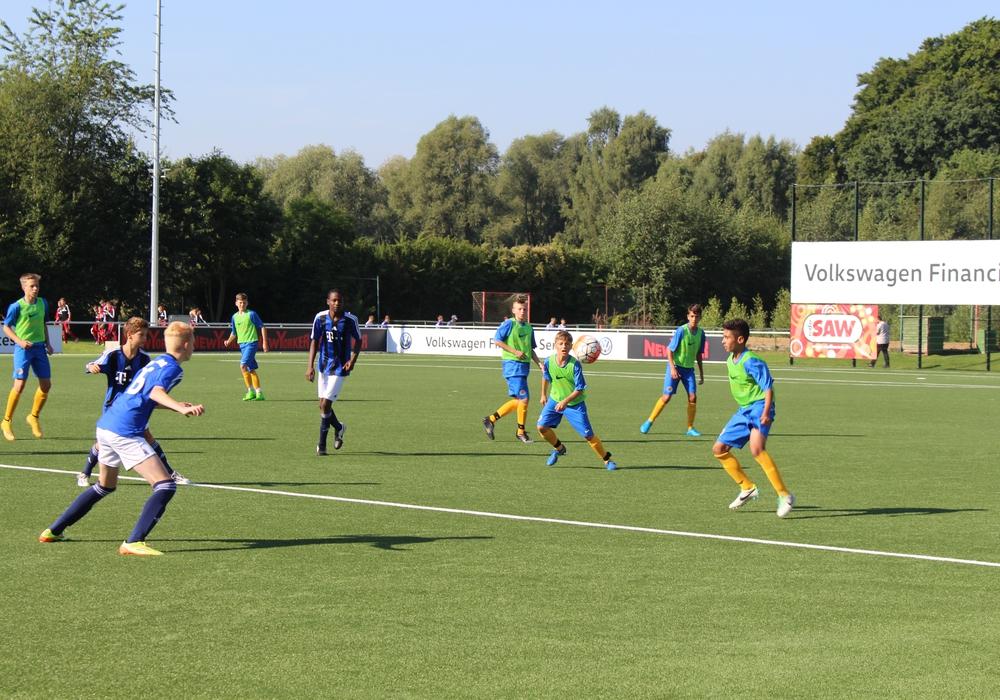 Die U14 von Eintracht Braunschweig eröffnete das Turnier gegen JSG Helmstedt. Foto: Jan Borner