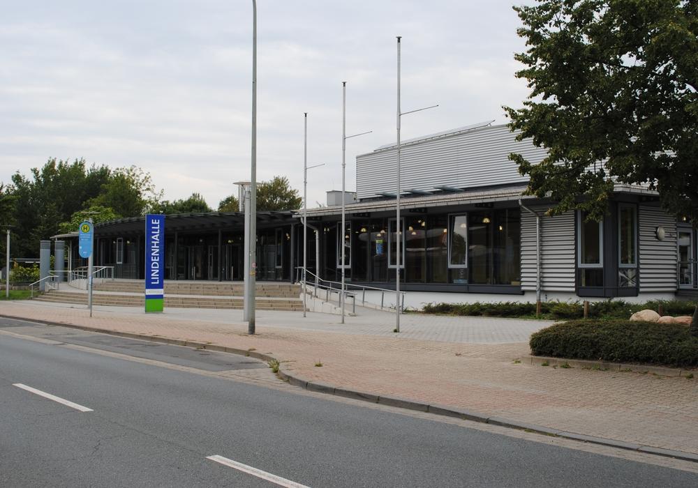 """In der Lindenhalle referiert Hans Josef Fell, Autor des EEG 2000, zum Thema """"Energiewende im Landkreis Wolfenbüttel unter Berücksichtigung der Bundespolitik – Was ist möglich?"""" Foto: Marc Angerstein"""