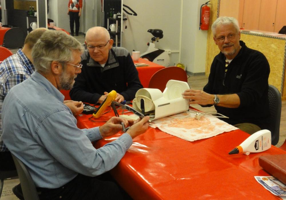 Im Repair Café können Geräte gemeinsam repariert werden. Foto: Oliver Ding