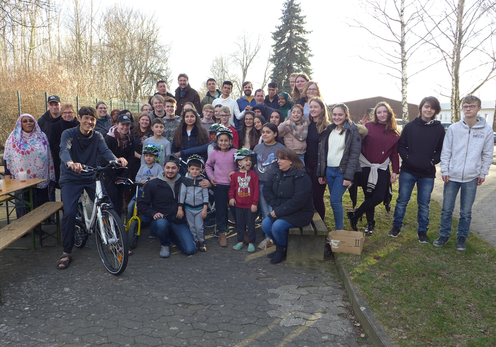 Hatten viel Spaß auf dem Fahrrad-Parcours und beim anschließenden gemeinsamen Grillen – die Schüler/innen der IGS und die Bewohner/innen der Flüchtlings-Unterkunft. Foto: Stadt Salzgitter