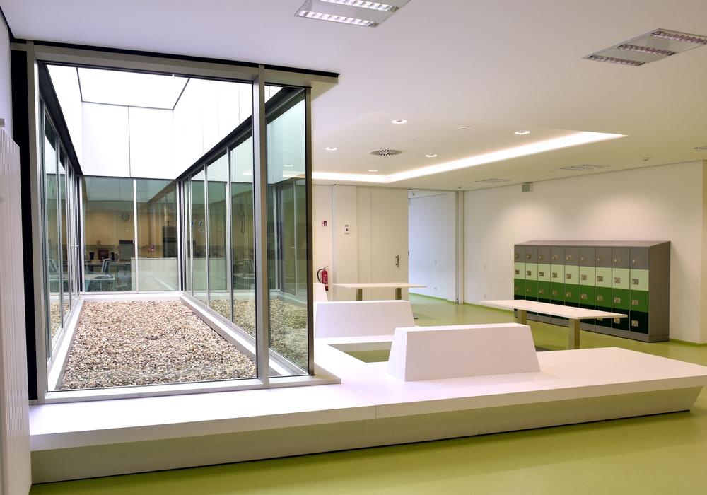 Mehr Tageslicht im Schulzentrum Fallersleben sorgt für eine offenere Athmosphäre - Projekte wie dieses werden beim Architekturtag vorgestellt. Foto: Stadt Wolfsburg/Lars Landmann