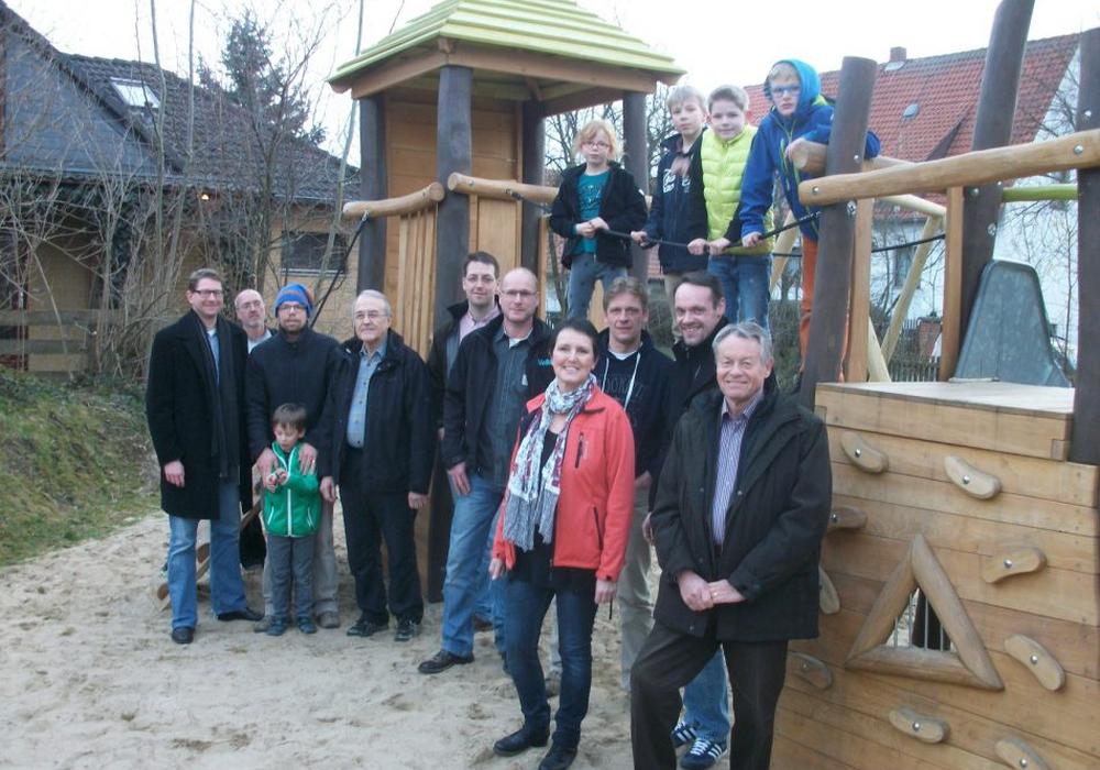 Bürgermeister Kelb (1. von links) bei einer früheren Spielplatzbegehung in Volzum. Foto: Gemeinde Sicke