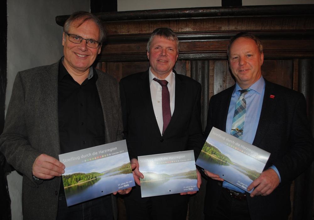 Von links: Landrat Bernhard Reuter, Landrat Martin Skiebe und Bürgermeister Klaus Becker präsentierten den neuen Naturpark-Kalender. Foto: Reuter/RVH