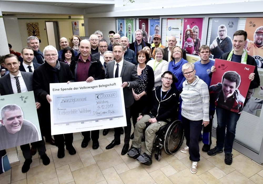 Auftakt: Sozialausschuss übergibt 20.000-Euro- Belegschaftsspende an die Lebenshilfe Wolfsburg. Foto: Volkswagen