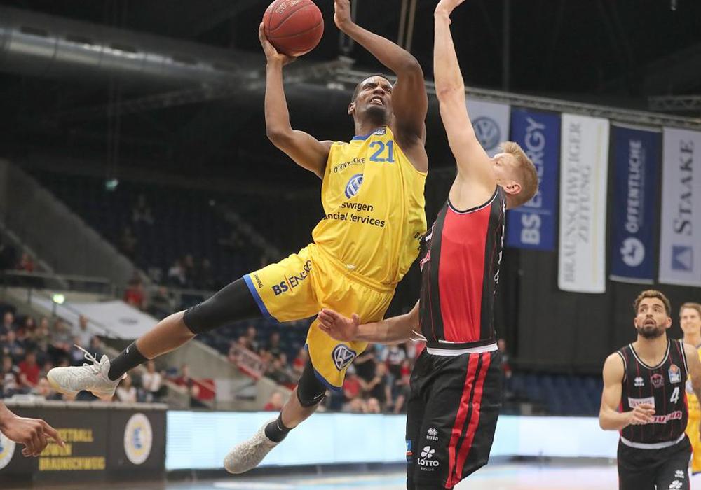 Dyshawn Pierre (li.) konnte die Niederlage seines Teams trotz seiner 21 Punkte nicht verhindern. Foto: Agentur Hübner
