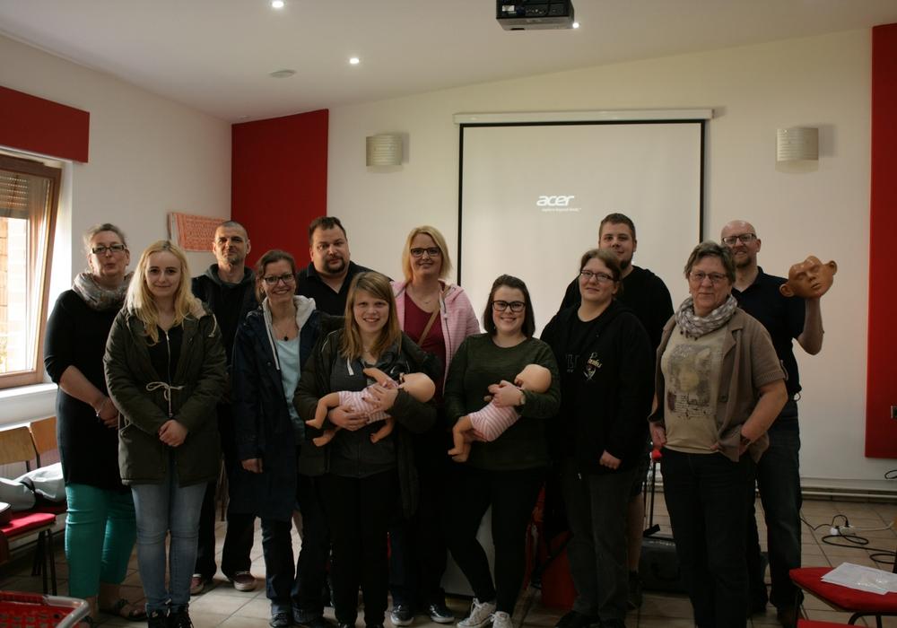 """Die Teilnehmer des Kurses """"Erste Hilfe am Kind"""" sowie den Ausbilder Sven Hagen Damke (5.v.links) und Sven Adamski(ganz rechts). Foto: Privat"""