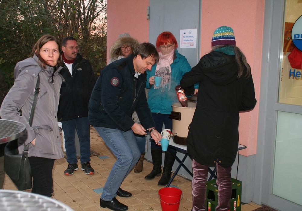 Bürgermeister Detlef Kaatz zapft sich den Glühwein selbst, die stellvertretende Ortsbürgermeisterin von Hemkenrode, Ute Baars, schaut gespannt zu. Foto: Diethelm Krause-Hotopp