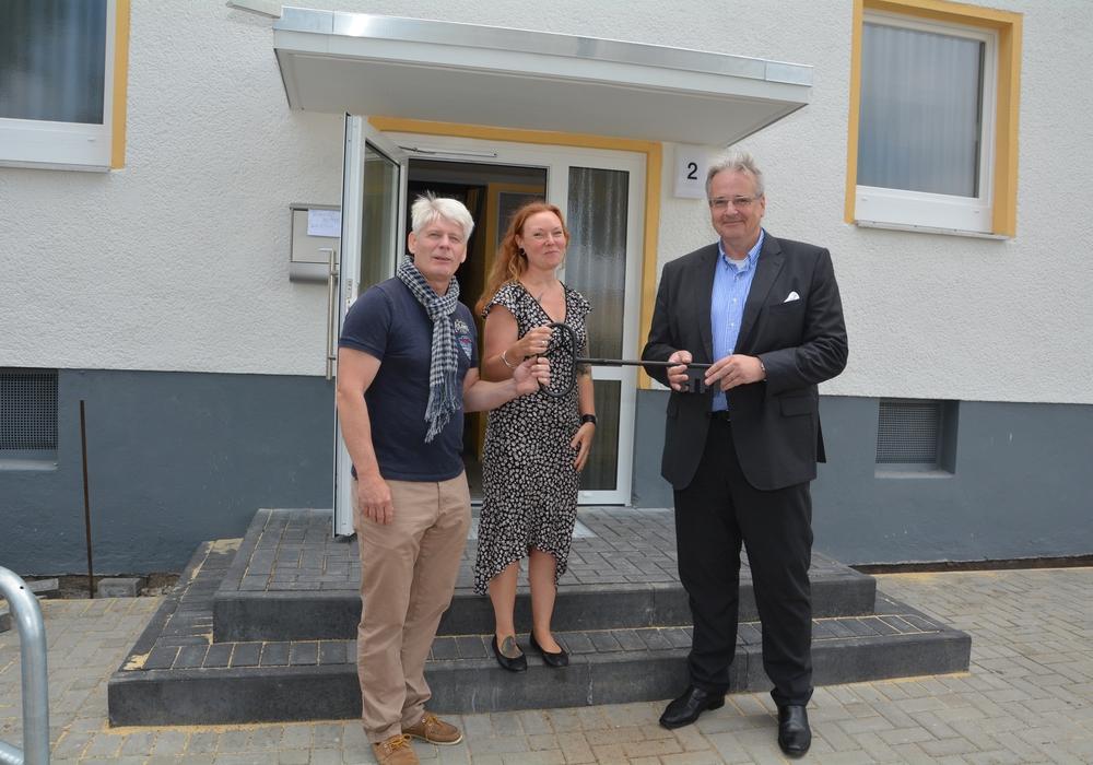 Ziehen an einem Schlüssel: Remenhof-Geschäftsführer Per Møller (links) mit seiner Bereichsleiterin Jennifer Kaufmann und WoBau-Geschäftsführer Markus Hering. Foto: WoBau