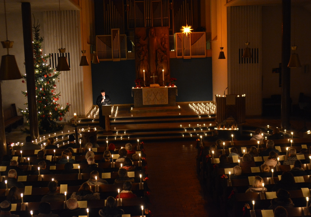 Viele Besucher tauchen beim Lichterfest die Kirche in stimmungsvolles Licht. Foto: Evangelisch-lutherischer Kirchenkreis Peine