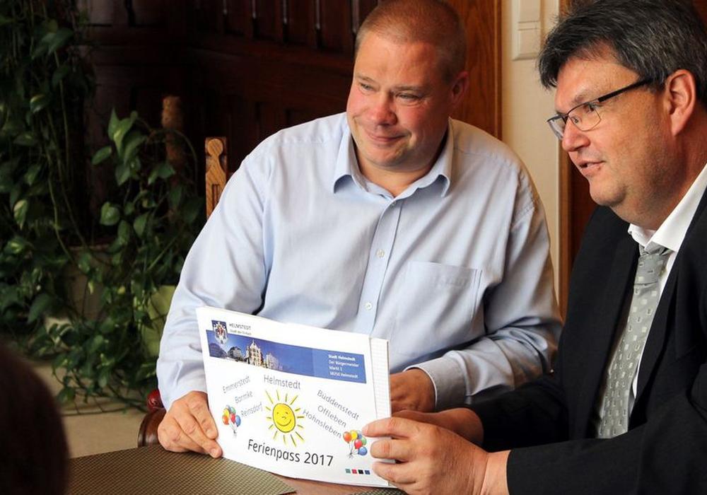 Bürgermeister Wittich Schobert und der Verwaltungsleiter der Gemeinde Büddenstedt stellen die Angebote des Ferienpasses 2017 vor. Foto: Stadt Helmstedt