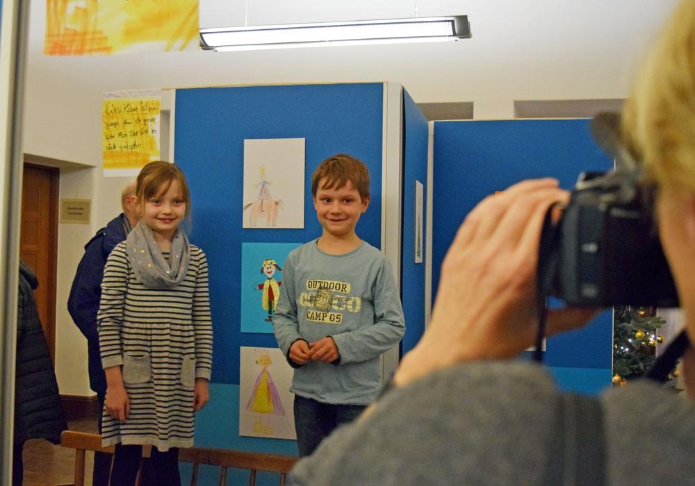 Die kleinen Künstler Rieke Haack und Anton Schenk, beide 6 Jahre alt, stehen der Pressefotografin Modell. Fotos: Stadt Goslar